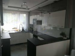 Nowoczesna kuchnia w bieli i szarości - fabryka mebli Rustikal